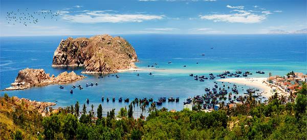 Hòn Khô hay còn được gọi với cái tên khác là Cù lao Hòn Khô, là một trong 32 hòn đảo nằm gần bờ của tỉnh Bình Định, cách trung tâm thành phố Quy Nhơn khoảng 16 km, thuộc thôn Hải Đông, xã Nhơn Hải. Ảnh:Hoàng Vân