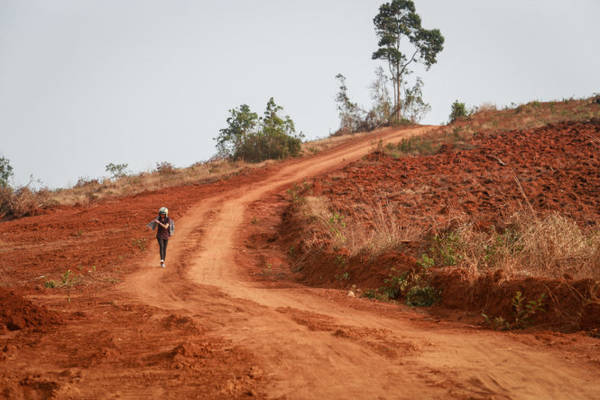 Con đường đất đỏ tuyệt đẹp ở xã Quảng Tâm chắn ngang lối rẽ vào thác Đắk G'lun như mời chào khách đi bộ, chụp ảnh - Ảnh: Tiến Thành