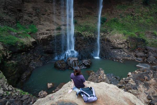 Dưới chân thác Đắk G'lun có những mỏm đá tuyệt đẹp để du khách ngồi ngắm cảnh - Ảnh: Tiến Thành