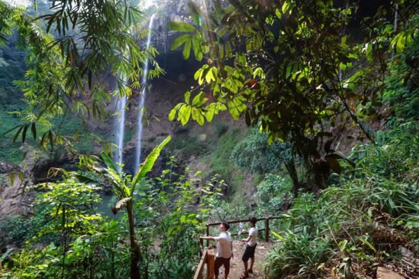 Một con đường có cầu thang, thuận tiện cho du khách xuống chân thác Đắk G'lun - Ảnh: Tiến Thành