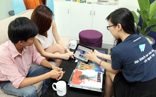 Tư vấn nhiệt tình, tạo niềm tin tuyệt đối cho khách hàng chính là lợi thế của các trang đặt phòng nội địa. Ảnh: iVIVU.com