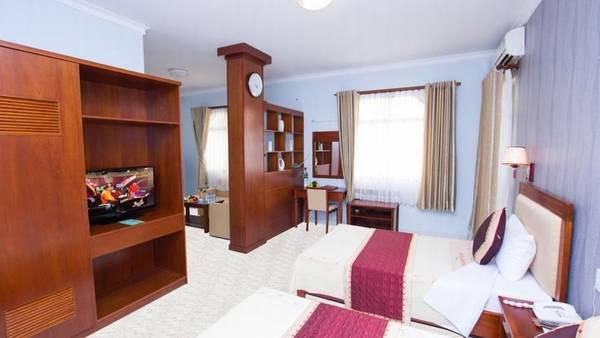 Khách sạn có không gian rộng, được thiết kế sang trọng và hiện đại với hơn 100 phòng ngủ. Có các loại phòng Suite, Deluxe, Superior, Standard cho quý khách lựa chọn. Mỗi phòng ngủ được ví như một thiên đường nghỉ dưỡng với không gian ấm cúng, tiện nghi hiện đại.