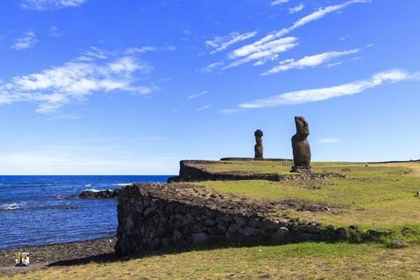 Tên Phục Sinh do nhà hàng hải Jacob Roggeveen của Hà Lan, người châu Âu đầu tiên tình cờ đi ngang qua hòn đảo biệt lập này, đặt ra để kỷ niệm ngày ông đến đảo đúng dịp lễ Phục sinh vào năm 1722. Đối với người dân đảo vẫn thích gọi quê hương của mình bằng cái tên Rapa Nui, nghĩa là hòn đảo xa vắng .