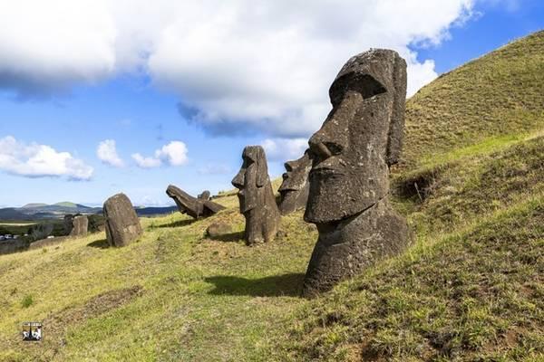 Hòn đảo này nổi tiếng với những bức tượng hình người bằng đá - được gọi là Moai, tuổi thọ khoảng 6.000 năm. Các pho tượng Moai nằm rải rác ở khắp nơi trên đảo, chứa đựng nhiều câu chuyện kỳ bí, thách thức sự khám phá của khách du lịch.