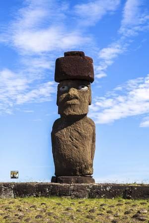 Phần lớn giả thiết về sự biến mất bí hiểm của một nền văn minh và sự suy giảm dân số là lỗi của các thổ dân địa phương. Họ tạc những bức tượng Moai để tiến hành các nghi lễ tôn giáo. Những cánh rừng trên đảo phần lớn bị chặt hạ để làm công cụ dựng tượng, khiến cây cối trên đảo trơ trọi dần. Nhưng ngày nay, một số nhà khoa học cho rằng nguyên nhân sự suy giảm dân số là do sự xuất hiện của người châu Âu, những người đã khám phá ra hòn đảo này và mang đến đây đủ các loại bệnh truyền nhiễm, và thực hiện chế độ nô lệ trên hòn đảo.