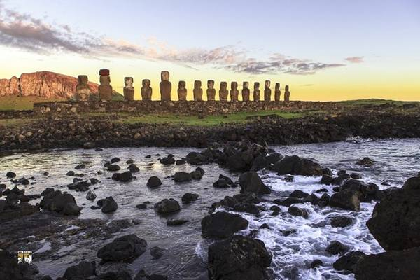 Khoảng 95% trong số 887 pho tượng Moai trên đảo Phục Sinh được tạc từ mỏ đá núi lửa Rano Raraku, nơi 394 Moai vẫn đứng sừng sững ngày nay. Một số khác được dựng sát bờ biển, mặt hướng vào hòn đảo mà theo người dân là để bảo vệ họ.