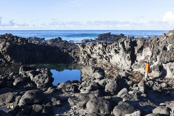 Xét về mặt địa lý, Rapa Nui nằm cô lập nhất thế giới, cách nơi gần nhất là đảo Pitcairn hơn 2.000 km, cách bờ lục địa Chile gần 4.000 km. Đã vậy, cả chính phủ Chile lẫn dân đảo đều không muốn Rapa Nui trở thành điểm đến du lịch đông đúc. Họ muốn bảo tồn cảnh quan thiên nhiên và nét văn hóa bản địa của tổ tiên từ ngàn xưa .