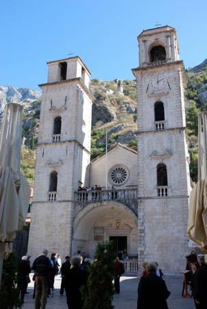 Du khách tham quan nhà thờ Saint Tryphon - Ảnh: wp