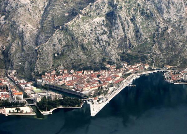 Thành phố Kotor bên vịnh Kotor tựa lưng vào vách núi - Ảnh: asybijela