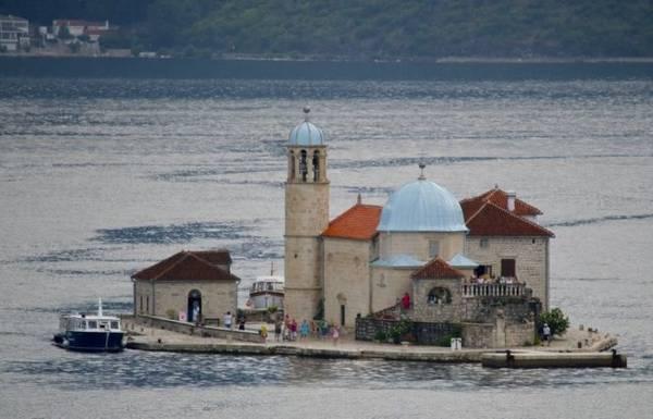 Du khách tham quan nhà thờ Our Lady trên đảo nhân tạo Gospa od Skrpjela - Ảnh: wiki