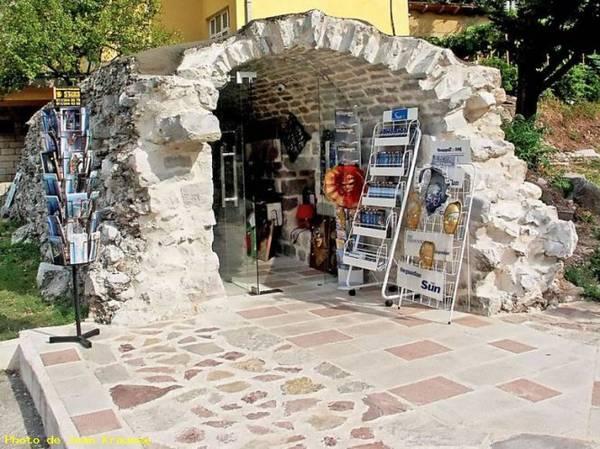 Một nhà sách độc đáo ở Kotor - Ảnh: vos-photos.eu