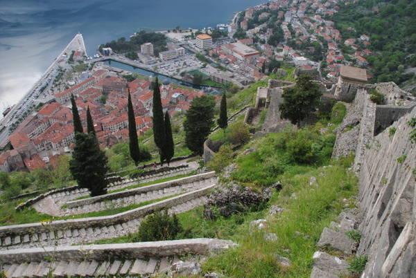 Phố cổ ở Kotor nhìn từ tường thành dẫn lên pháo đài St John - Ảnh: wp