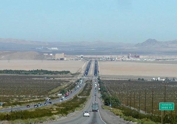 Đoàn xe khách du lịch nối đuôi nhau tiến vào sa mạc Mojave - Ảnh: pinterest