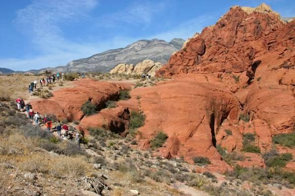 Du khách khám phá công viên quốc gia Red Rock Canyon - Ảnh: aroundthebendfriends