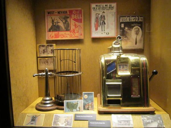 Máy đánh bạc thời kỳ đầu trưng bày tại Mob Museum - Ảnh: beevar