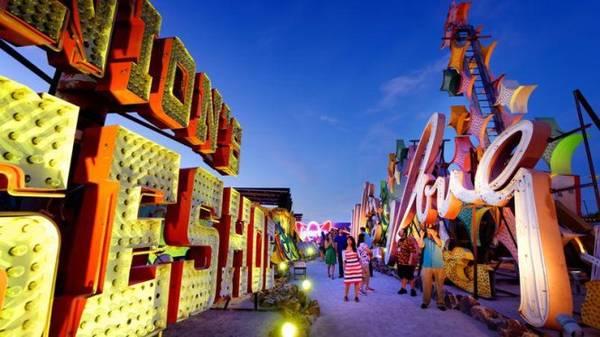 Khi đêm xuống là thời điểm tốt nhất để tham quan Bảo tàng đèn neon - Ảnh: figaro