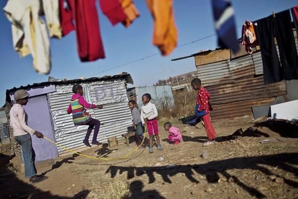 Trò chơi nhảy dây của trẻ em Nam Phi.