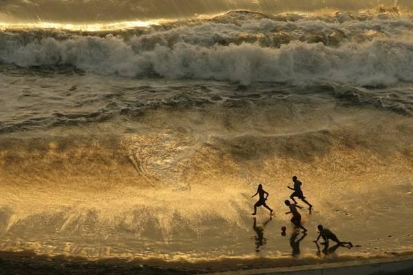 Đùa với sóng.