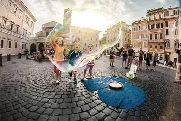 Trò chơi thổi bong bóng của trẻ em Italy.