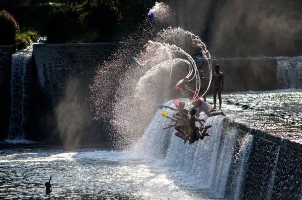 Khoảnh khắc chơi đùa với nước của trẻ em Indonesia.