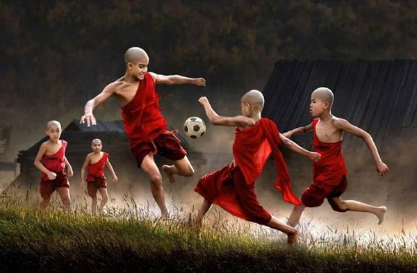 Những đứa trẻ ở Myanmar đang chơi đá bóng.