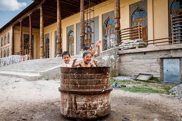 Những đứa trẻ Tajikistan đang thỏa sức vui đùa.