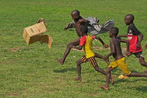 Dù không có quả bóng, nhưng một chiếc thùng các tông cũng đủ để khiến cho tuổi thơ các bé Ghana vui hơn rất nhiều.