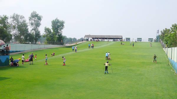 Trượt cỏ là một hoạt động được rất nhiều du khách yêu thích ở khu du lịch Vườn Xoài. Ảnh: ST