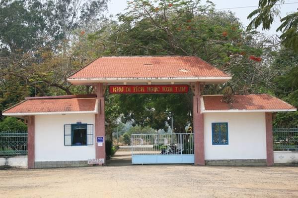 Nằm gần bảo tàng Kon Tum là nhà ngục Kon Tum, nơi từng giam giữ nhiều chiến sĩ yêu nước trong kháng chiến chống Pháp. Trong khuôn viên nhà ngục còn có hai ngôi mộ tập thể nằm cạnh dòng sông Đăk Blar.