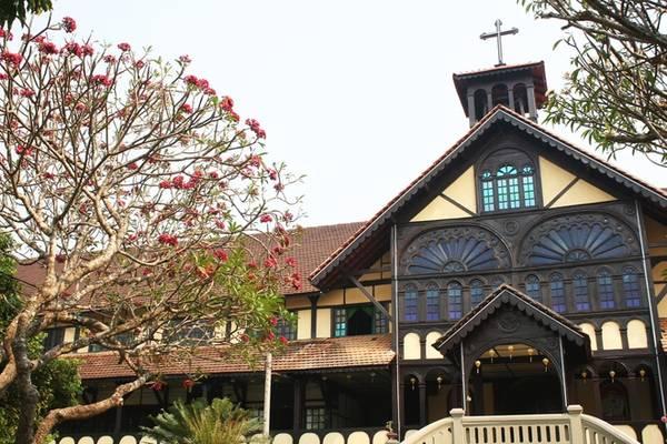 Trước năm 1975, công trình này bao gồm cả chủng viện thừa sai Kon Tum, nơi đào tạo các giáo sĩ cho giáo phận. Không chỉ là một công trình tôn giáo, tòa giám mục Kon Tum hiện nay là điểm đến không thể bỏ qua của khách du lịch với không gian xanh và kiến trúc độc đáo.