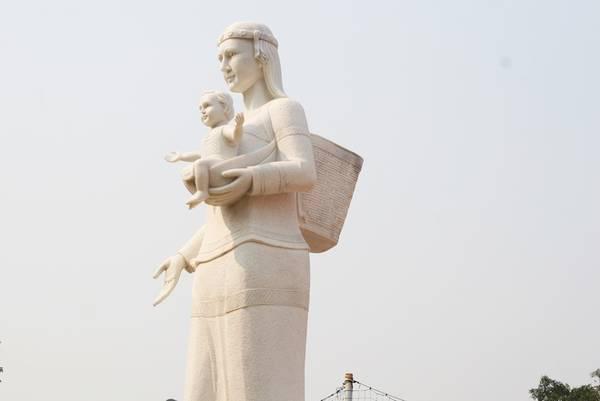 Bức tượng mẹ Maria là một trong những điểm nhấn tại tòa giám mục khi kết hợp hình ảnh phụ nữ Tây Nguyên với gù trên lưng và đứa con trên tay. Đây là minh chứng rõ nhất cho sự hòa hợp tư tưởng đạo-đời của tôn giáo tại vùng đất cao nguyên.
