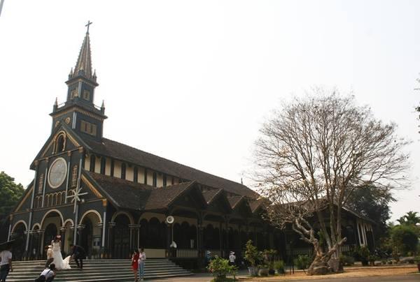 Nằm cách tòa giám mục không xa là nhà thờ gỗ - nhà thờ được đánh giá là đẹp nhất Kon Tum và các tỉnh Tây Nguyên. Trải qua hơn một thế kỷ, công trình vẫn đứng vững như một biểu tượng tôn giáo cho thành phố Kon Tum. Không chỉ thu hút du khách, nhiều đôi cũng tới đây để có những bức hình cưới ấn tượng.