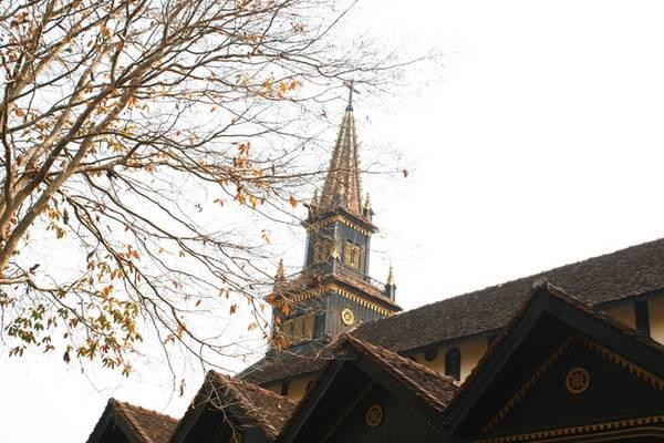 Nhà thờ gỗ là sự kết hợp giữa kiến trúc Roman và phong cách xây dựng nhà truyền thống, đặc trưng bởi những căn nhà dài của người Bana. Điểm độc đáo nhất là công trình được xây dựng phần lớn bằng gỗ, tạo nên sự gần gũi và mang đậm chất Tây Nguyên.