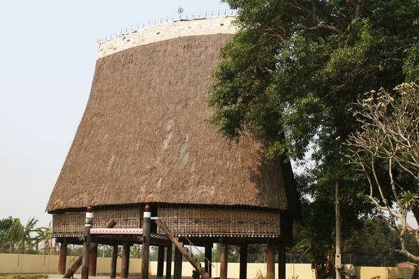 Rời nhà thờ gỗ, du khách chạy tới khu vực bờ sông Đăk Bla để chiêm ngưỡng vẻ đẹp của nhà Rông Kon K'lor - được đánh giá là nhà Rông văn hóa lớn nhất Tây Nguyên. Tuy nhiên, nhà Rông từng bị cháy nên công trình đã được phục dựng lại với những sửa đổi so với công trình cũ.