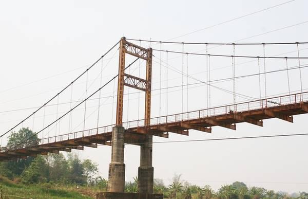 Bắc ngang qua dòng sông Đăk Bla là cầu treo Kon K'lor, cây cầu treo dây văng lớn nhất tỉnh Kon Tum. Cầu treo giúp trung chuyển, giao thương đi lại của bà con các dân tộc vào khu vực thành phố. Vào mùa khô, bạn có thể đi xuống lòng sông và ngắm cầu treo Kon K'lor từ dưới.