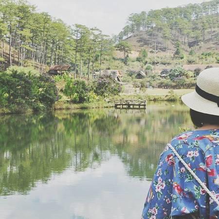 Giữa thung lũng là một bãi cỏ xanh mướt, một hồ nước rộng mênh mông.Ảnh: tieunha