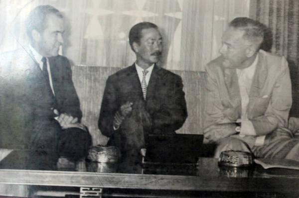 Ông Nguyễn Cao Kỳ sinh năm 1930 tại Sơn Tây, được đào tạo ở các trường Không quân của Pháp và Hoa Kỳ. Ông từng giữ nhiều chức vụ quan trọng như thiếu tướng Tư lệnh Không quân, Chủ tịch Ủy ban Hành pháp Trung ương, Thủ tướng. Sau năm 1975, ông sống ở nước ngoài và mất năm 2011 tại Malaysia.
