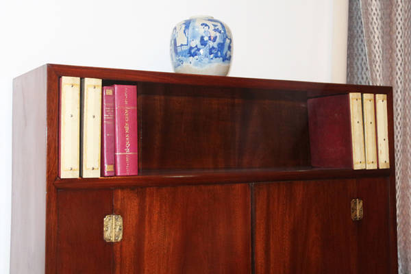 Một trong hai tủ sách tại phòng làm việc của ông Nguyễn Cao Kỳ, đa số là sách lịch sử.