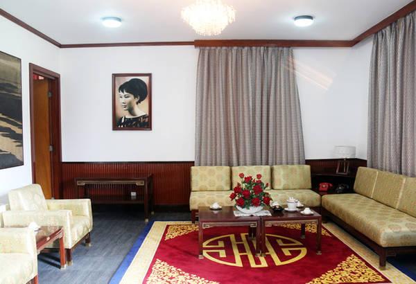 Khu vực tiếp khách trong phòng làm việc của ông Nguyễn Cao Kỳ. Trên tường treo ảnh vợ ông - bà Đặng Tuyết Mai.