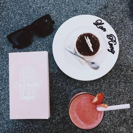 Bên cạnh đồ uống, quán cũng phục vụ nhiều loại bánh ngọt hấp dẫn.