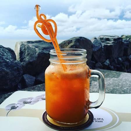 Nhà hàng và quán cà phê Lan Rừng cũng phục vụ nhiều loại cocktails, rượu, bia, nước trái cây, soda...