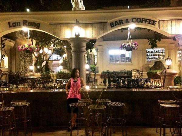 Quầy bar và cà phê được trang trí tinh tế.