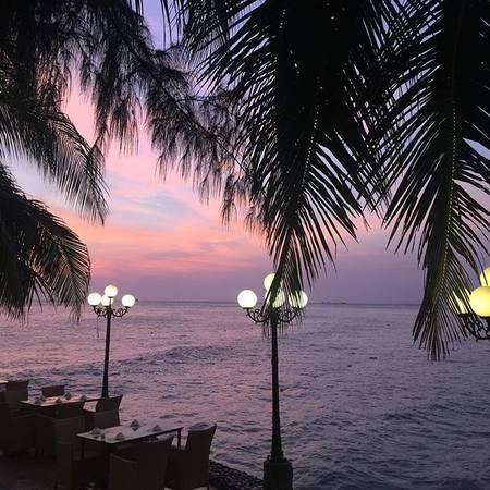 Thưởng thức cà phê tại đây, du khách sẽ được ngắm cảnh hoàng hôn trên biển tuyệt đẹp và thư giãn dưới những tán cọ rợp mát.