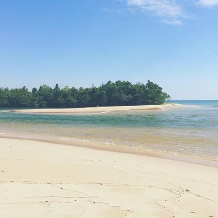 Bãi biển trong xanh vắng vẻ. Ảnh: philippspunkt