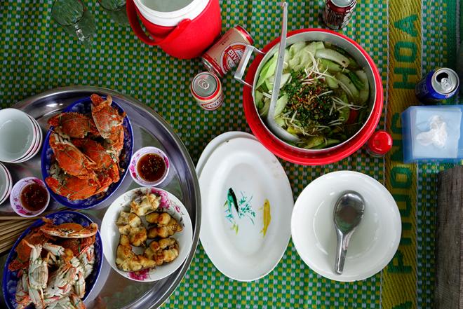 Một bữa trưa giản dị với các món quen thuộc từ biển cả. Ông bà chủ sẽ đảm nhận luôn vai trò bếp trưởng trên chính nhà bè của mình. Bạn cũng có thể mua hải sản từ chợ mang vào đây để nấu nướng tuỳ thích.