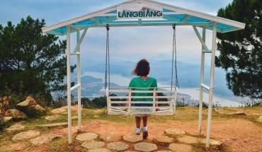 Núi Langbiang (Lâm Đồng): Nằm trên địa bàn huyện Lạc Dương, cách trung tâm thành phố Đà Lạt 12 km về phía Bắc và cao hơn 2.000 m so với mực nước biển, Langbiang được xem là ngọn núi cao thứ hai trong hệ thống núi công viên quốc gia ở Vườn quốc gia Bidoup – núi Bà. Từ trên đỉnh núi Langbiang, du khách có thể thỏa tầm mắt ngắm nhìn gần như toàn bộ Đà Lạt mộng mơ, thỏa sức ngắm nhìn vẻ đẹp Suối Vàng, Suối Bạc và toàn cảnh du lịch Đà Lạt trên cao. Đứng ở vị trí này, bạn có cảm giác như lạc vào chốn tiên cảnh, ngỡ mình như đang ngao du trên mây trời khi được tận hưởng vẻ đẹp bức tranh thiên nhiên mờ ảo với những màn sương mù bay phất phơ trước mặt. Ảnh: _irbis_