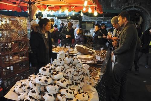 Một tiệm bánh kiểu Bồ Đào Nha với các món bánh kem và bánh trứng Pastel de nata ở chợ phiên Borough