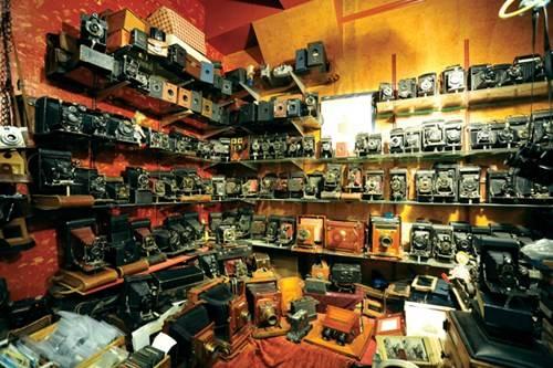 Gian hàng bán các loại máy ảnh cổ trong khu tầng hầm ở Portobello