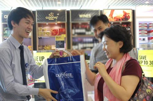 Nếu bay chuyến quốc tế, bạn có thể mua những món hàng hiệu từ mọi thương hiệu nổi tiếng trên thế giới tại cửa hàng miễn thuế.