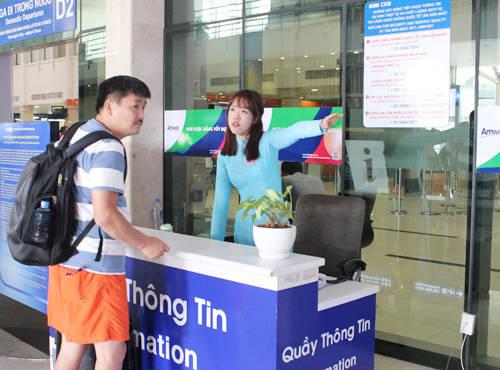 Hiện Cảng Hàng không Quốc tế Tân Sơn Nhất (TIA) có 5 quầy thông tin (3 quầy tại ga quốc tế, 2 quầy tại ga quốc nội). Hành khách có thể nhờ nhân viên tại đây trợ giúp thông tin về chuyến bay nối chuyến quốc tế, quốc nội, các dịch vụ hàng không, phi hàng không… Hotline TIA: 08.38485634.